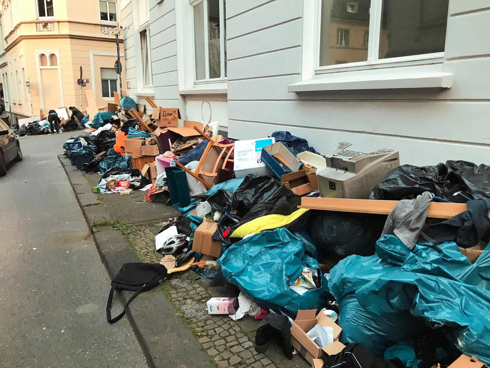 Ungeleerte Abfalltonnen Und Sperrmüll Stehen Lassen Wuppertal