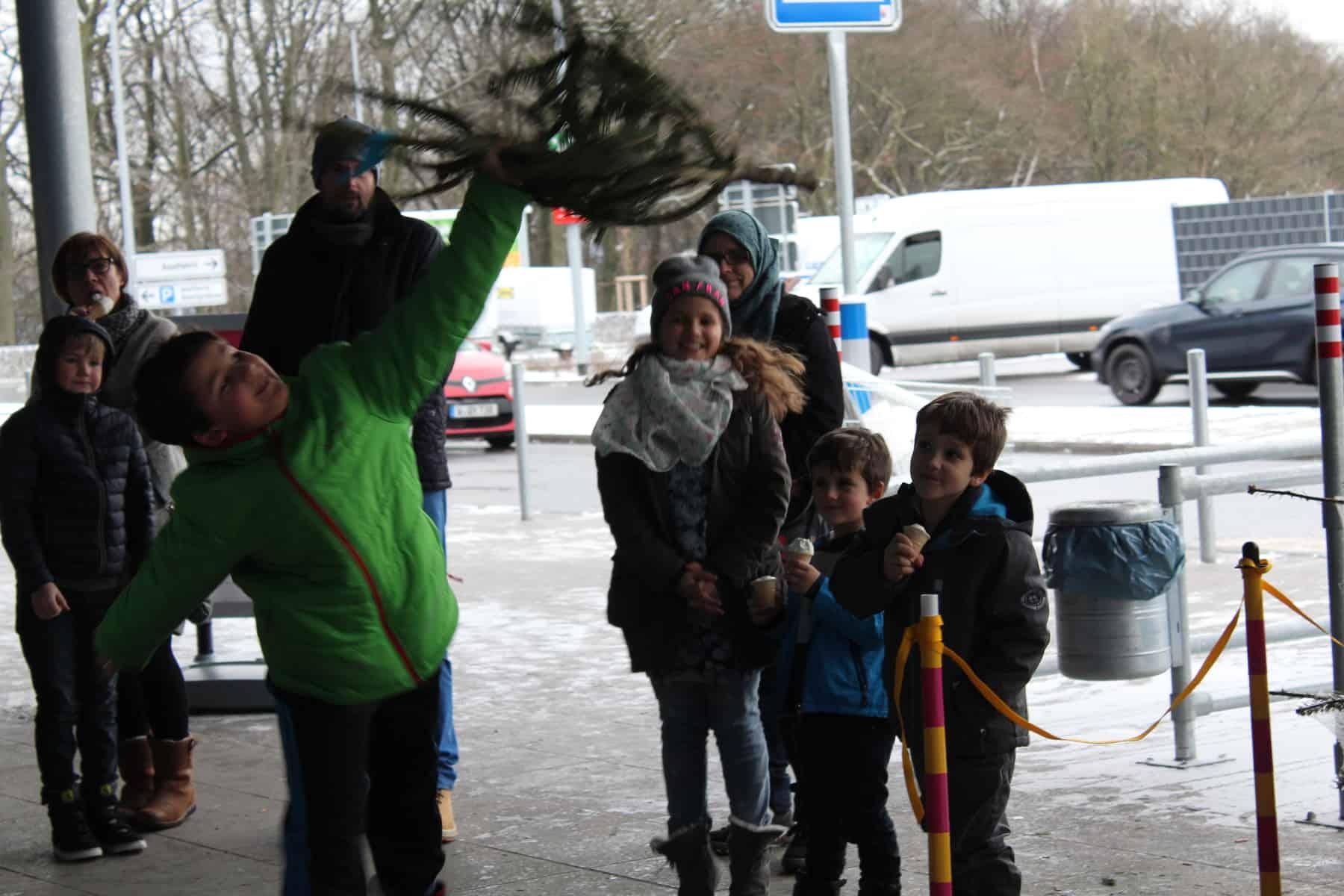 Knut Ist Wieder Da Baumweitwurfmeisterschaft Bei Ikea Wuppertal