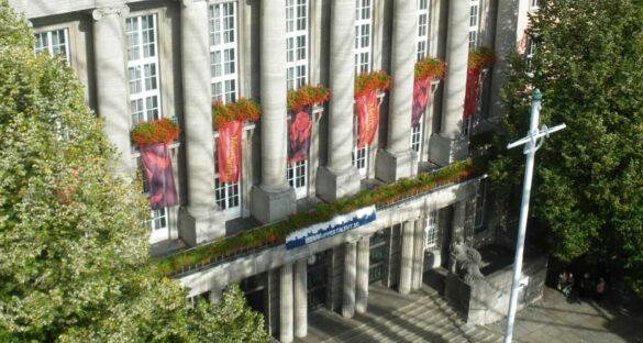 Rathaus verschwindet hinter neuer Attraktion