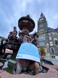 Der Neptunbrunnen am Neumarkt erinnert die Wuppertaler an das Menschenrecht