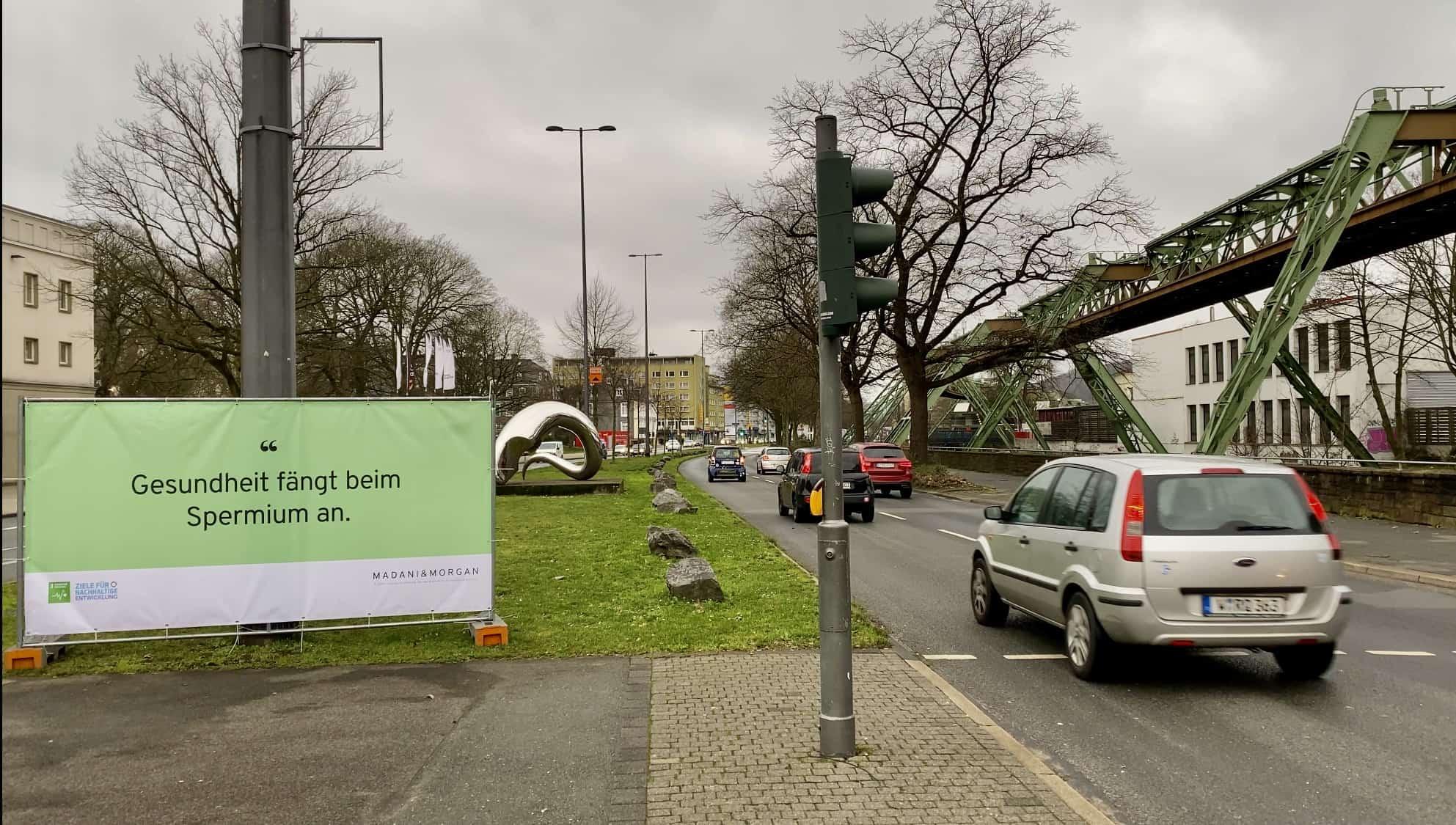 Ein Banner erinnert vor dem Opernhaus an das Nachhaltigskeitsziel